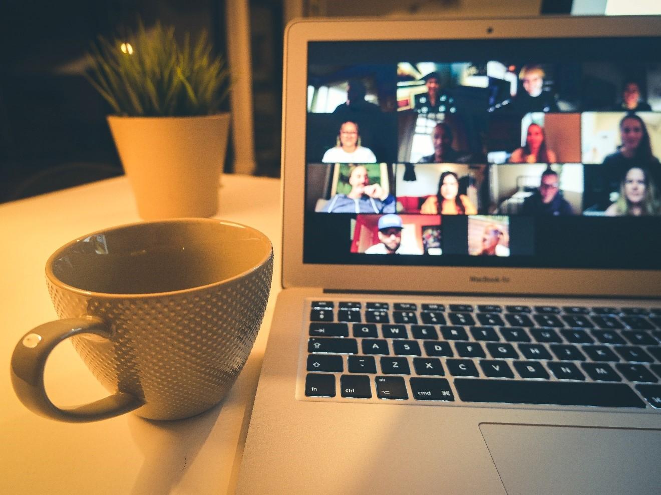 bureau avec ordinateur et tasse de café