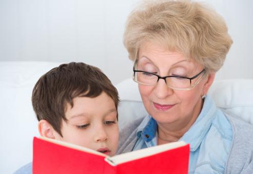 Bénévole aidant un enfant à lire
